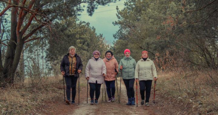 Скандинавская ходьба объединила женщин из Каменца, которым некогда скучать на пенсии