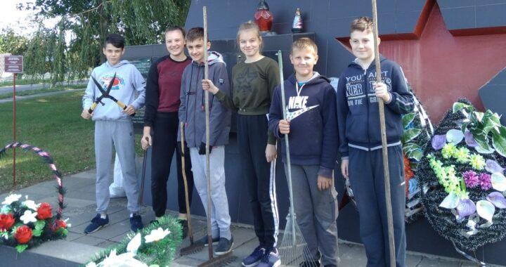 Благоустройством территории у памятника в Пелище занялись школьники