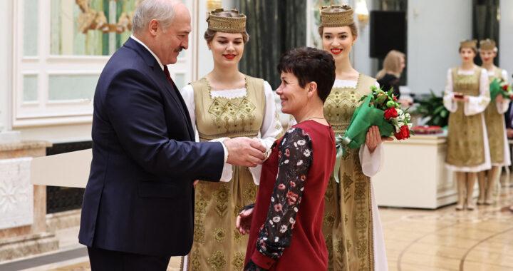 Лукашенко вручил госнаграду жительнице Каменецкого района