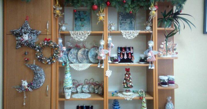 В Беловежской детской школе искусств проходит выставка-ярмарка новогодних украшений