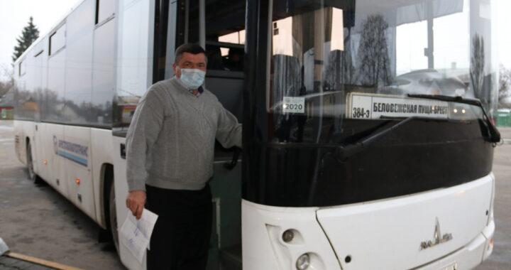 «Бегом! А то в автобус не пустят!» Как пассажиры на регулярных маршрутах соблюдают масочный режим