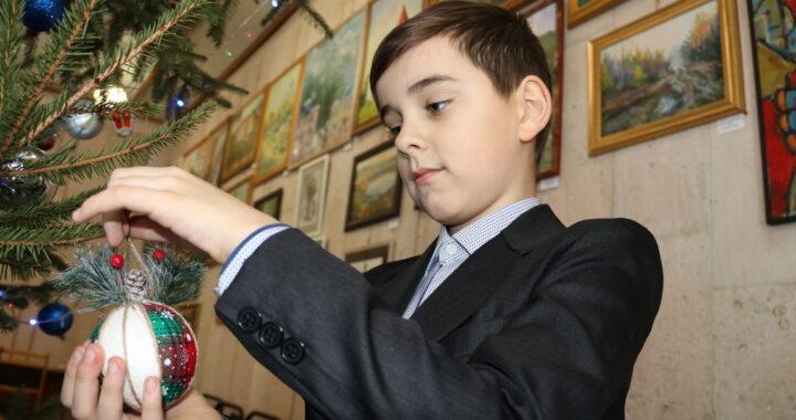 Ученик Воскресной школы Егор Ермонок победил в конкурсе новогодней игрушки