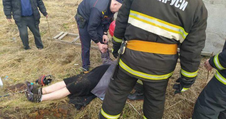 Работники МЧС спасли женщину, упавшую в колодец