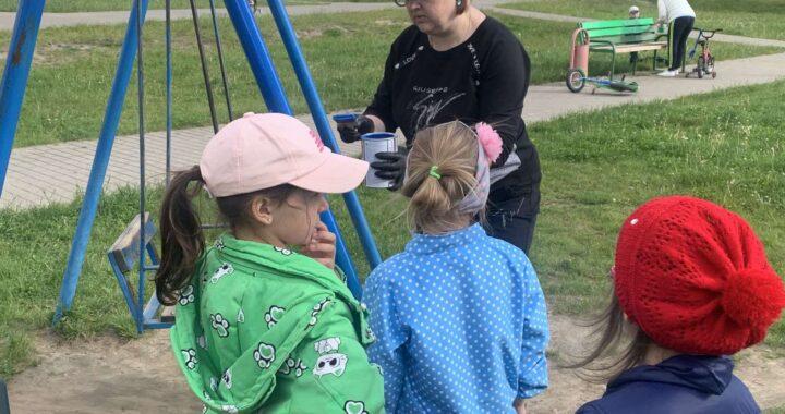 В Каменце родители с детьми наводили порядок вместе на детской площадке