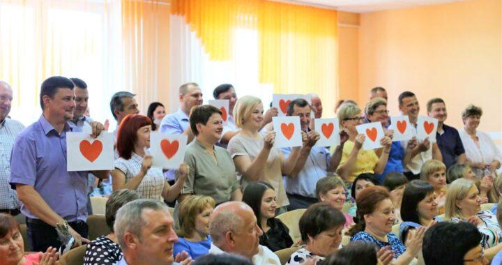 Начальник отдела по образованию Виктор Грицук принимает поздравления. А повод?