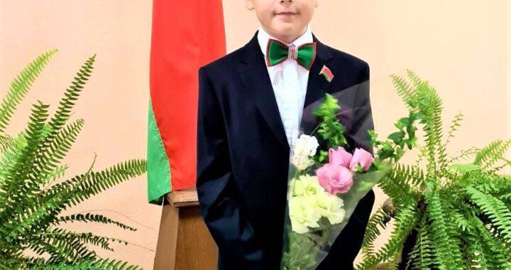 Оригинальную бабочку в стиле государственного флага носит школьник